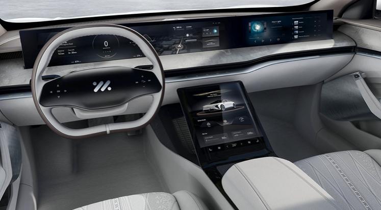El interior es 2 + 2  Una pantalla múltiple de 39 pulgadas de Incell, junto a la ayuda de una pantalla AMOLED de 12,8 pulgadas asisten al conductor. El tapizado es de piel de becerro y madera natural.